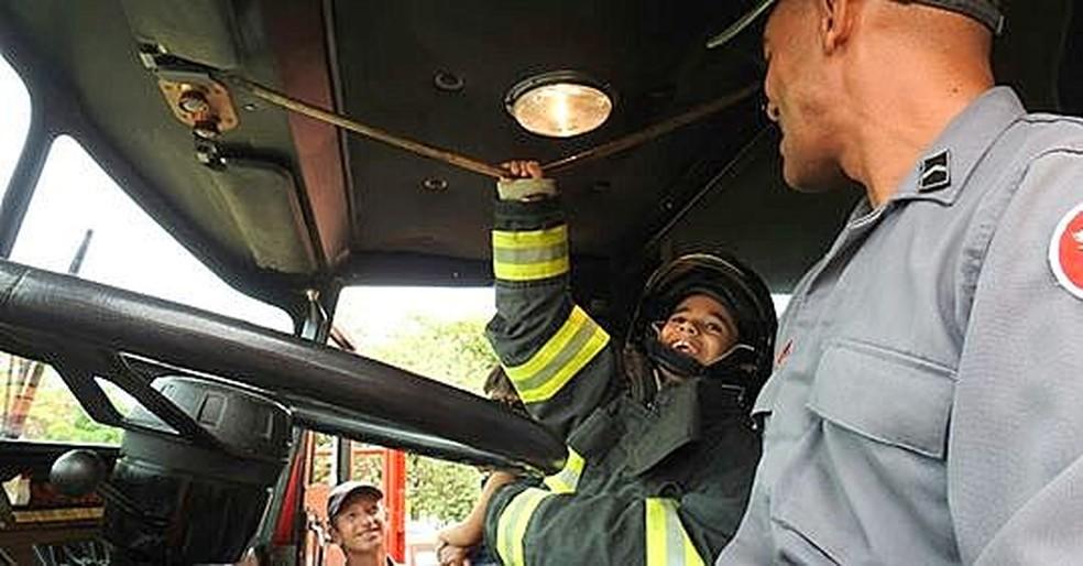 Kauê de Mello passeou no caminhão dos bombeiros em São Carlos — Foto: Fabio Rodrigues/G1