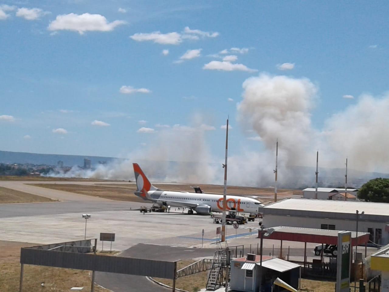 Incêndio atinge vegetação em terreno do aeroporto de Juazeiro do Norte no Ceará; vídeo