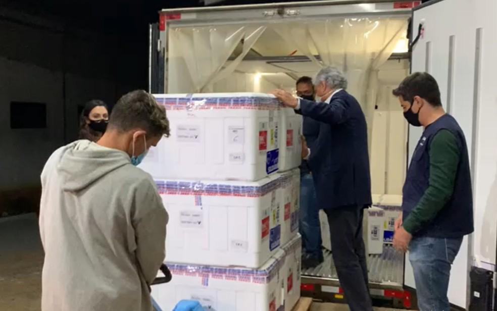 Chegada de 132,8 mil doses de AstraZeneca a Goiás  — Foto: Reprodução/TV Anhanguera