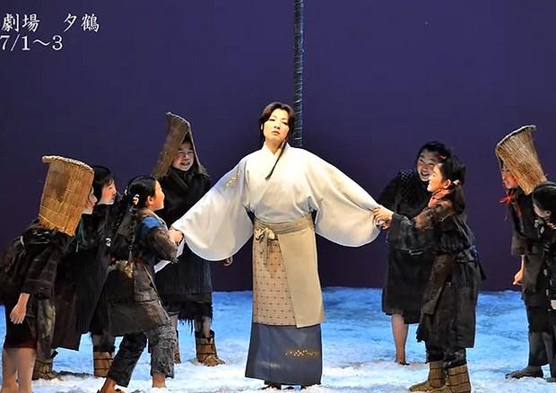 Montagem da ópera Yuzuru (1951), no New National Theatre, em Tóquio (Foto: Divulgação)