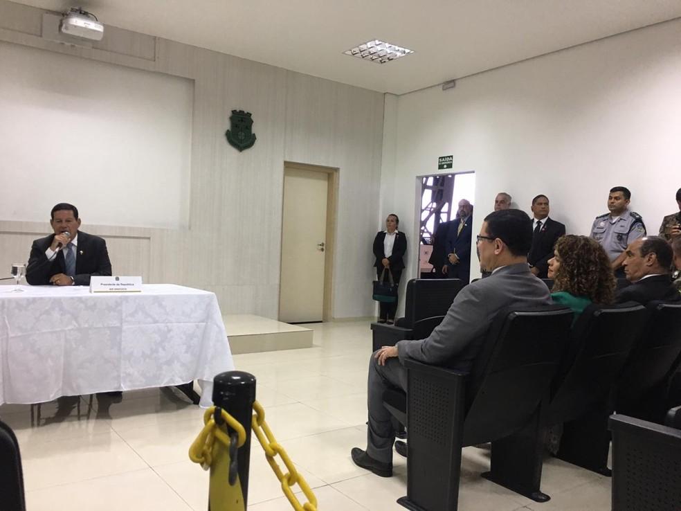 Coronel Marcos Rocha (terno cinza), governador de Rondônia, se reuniu com Mourão nesta terça-feira (10).   — Foto: Mayara Subtil/G1