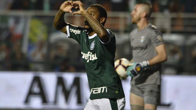 Luiz Adriano marcou o gol do Palmeiras