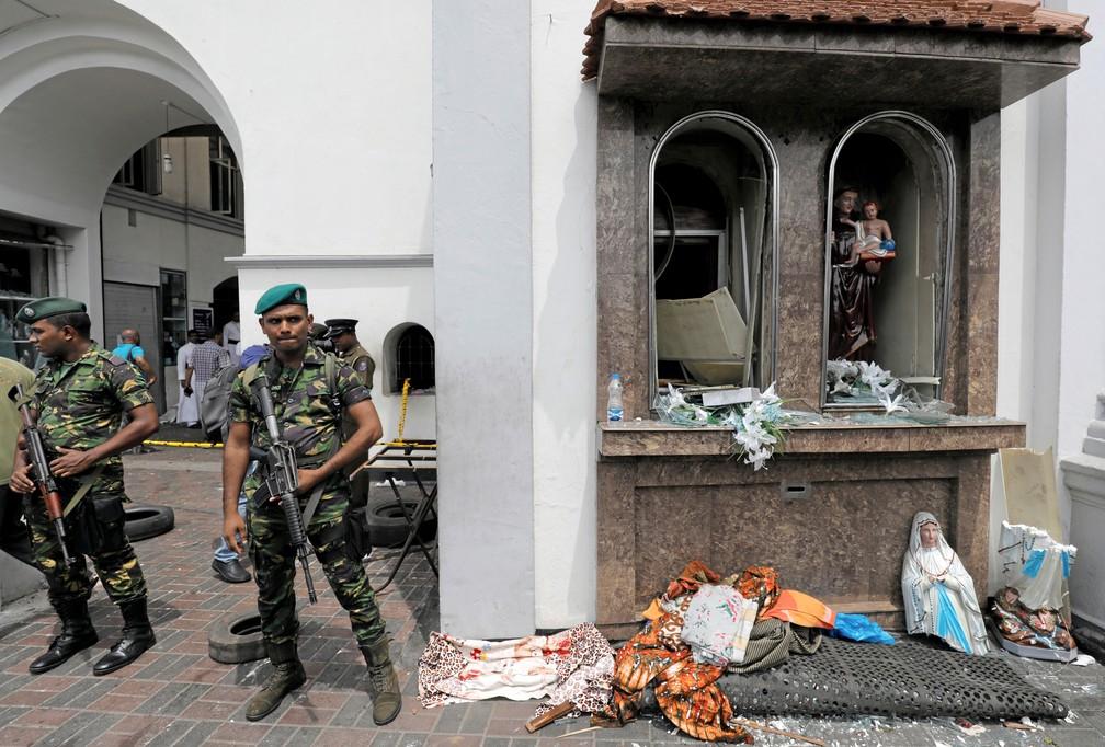 Militares em frente ao Santuário de Santo Antônio, igreja de Kochchikade após explosão em Colombo, no Sri Lanka — Foto: Dinuka Liyanawatte/Reuters