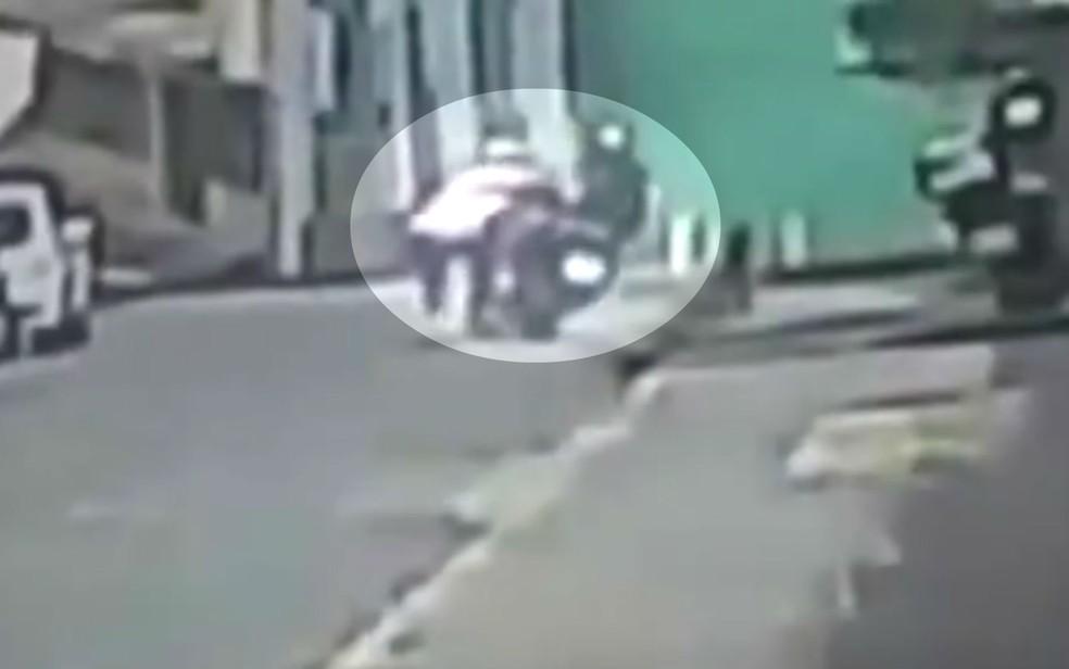 Assaltante empurra técnica de enfermagem de motocicleta durante assalto em Itabuna (Foto: Reprodução/TV Bahia)