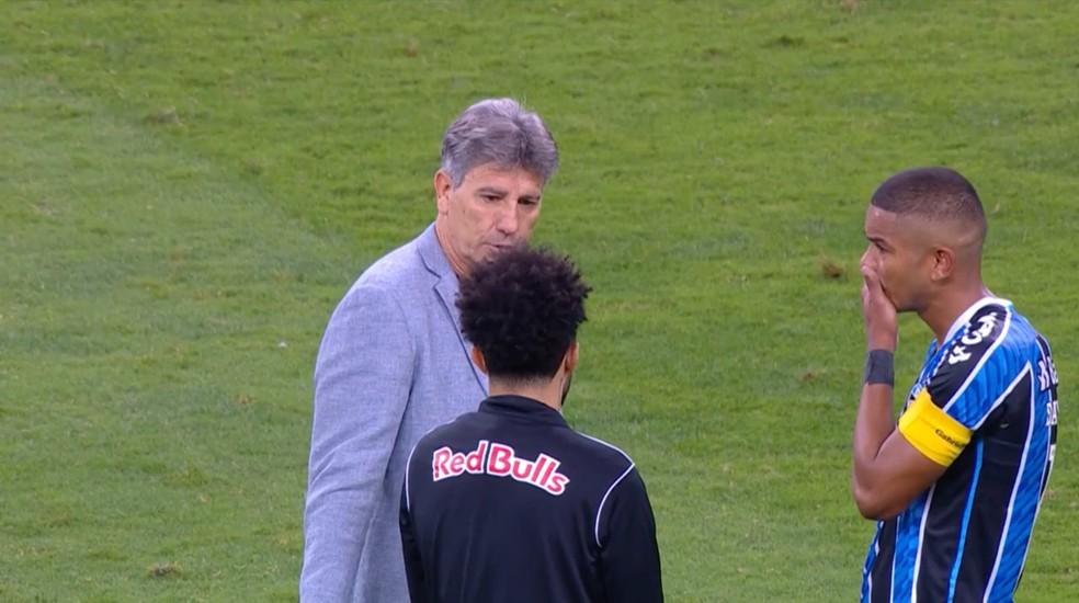 Renato Gaúcho conversa com Claudinho — Foto: Reprodução