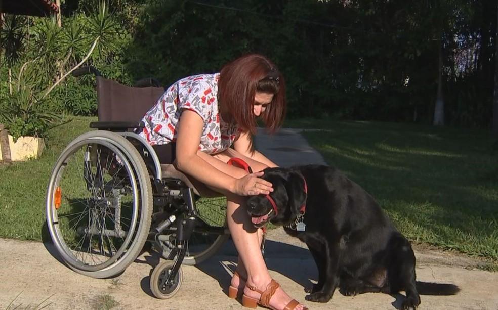 Juliana Russini adestrou sua própria cachorra de assistência — Foto: Mike Adas/TV TEM