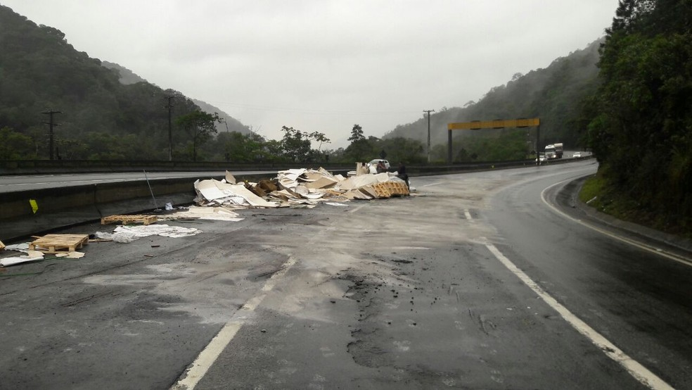Carreta tombou na BR-376, em Guaratuba, na manhã desta quarta-feira (23) (Foto: Diuvulgação/PRF)