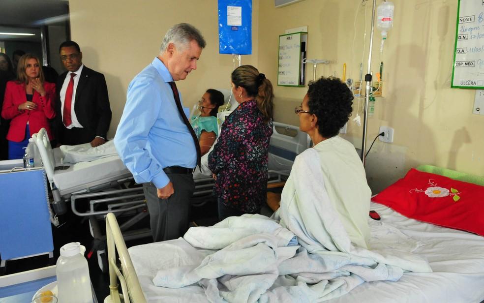 Governador do DF, Rodrigo Rollemberg, visita paciente no Hospital Regional de Taguatinga (HRT) (Foto: Tony Winston/GDF/Reprodução)