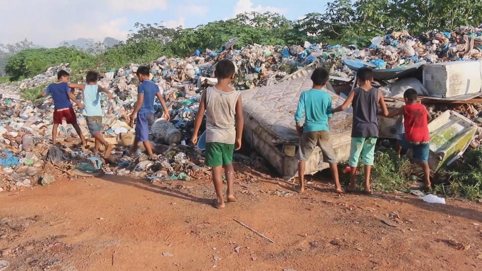 Crianças brincam em lixão na comunidade Boa Esperança, em Manaus — Foto: Reprodução/TVGlobo