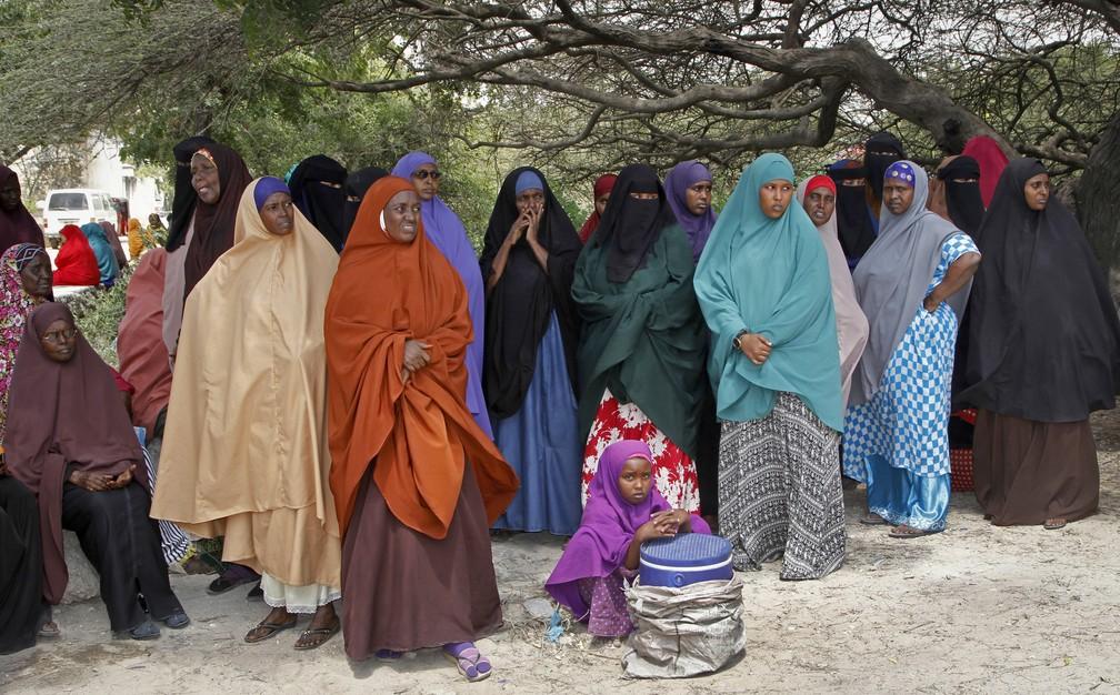 Mulheres esperam por notícias de familiares desaparecidos após ataque do lado de fora de um hospital em Mogadíscio (Foto: AP Photo/Farah Abdi Warsameh)