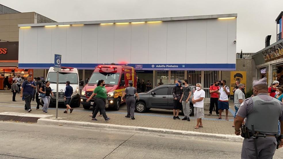 Gate atende ocorrência com refém na estação Adolfo Pinheiro do Metrô — Foto: Abrahão Cruz/TV Globo