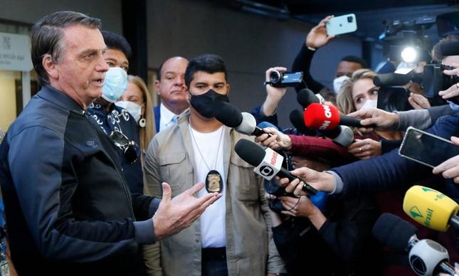 O presidente Jair Bolsonaro defendeu o uso da proxalutamida contra a Covid-19 ao receber alta do hospital Vila Nova Star, em São Paulo, após se recuperar de uma obstrução intestinal