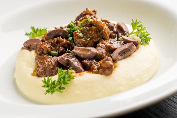 Receita: carne ao molho de vinho com mousseline de batata  (Foto: Divulgação )