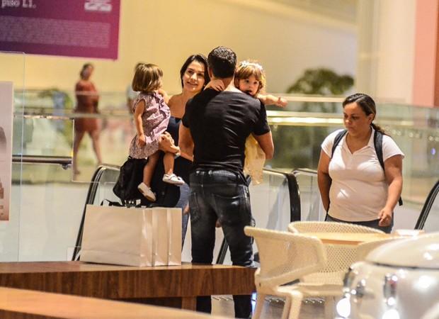 Malvino Salvador passeia com a família no Rio (Foto: Webert Belicio/AgNews)