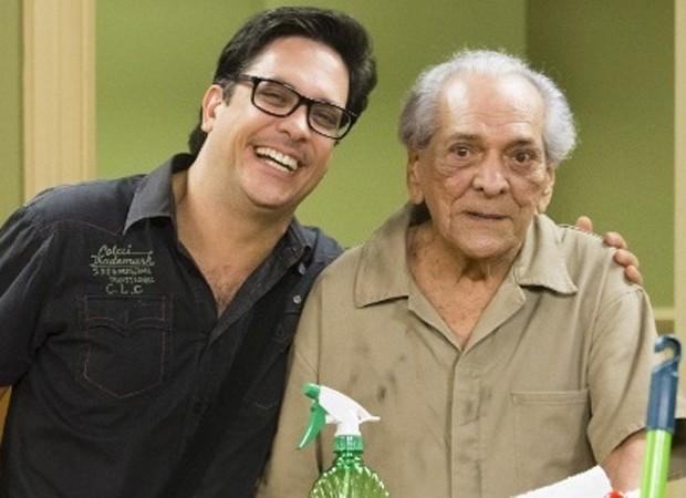 Lúcio Mauro Filho e Lúcio Mauro nos bastidores da Escolinha do Professor Raimundo, mais recente trabalho dos dois juntos na TV (Foto: Reprodução)
