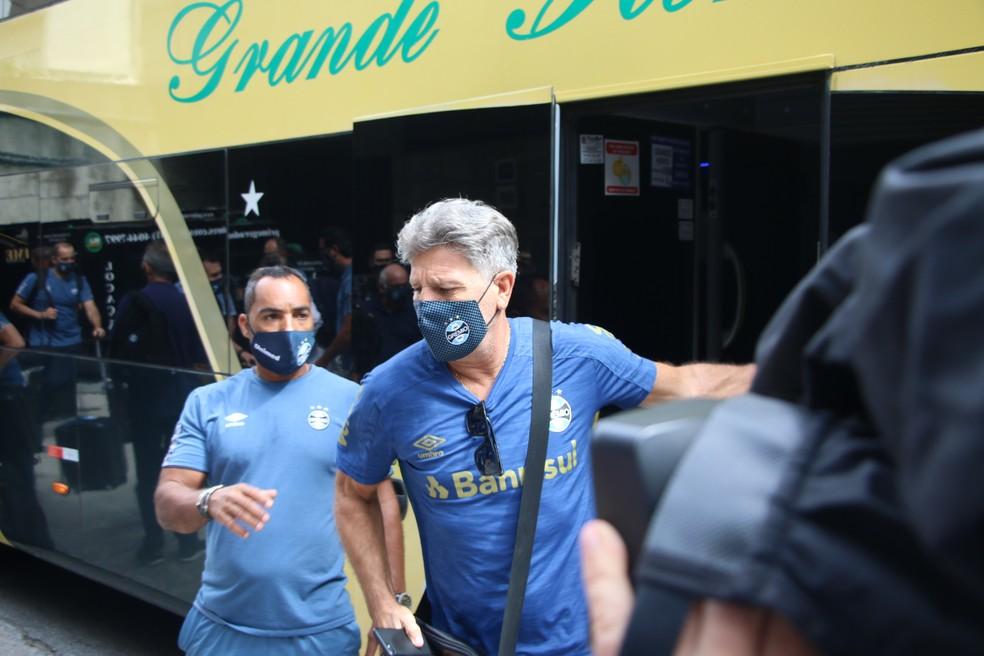 Renato Portaluppi na chegada do Grêmio a São Paulo para a final da Copa do Brasil — Foto: Eduardo Moura/ge