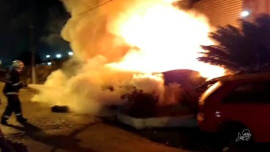 Veículos são incendiados no pátio de delegacia