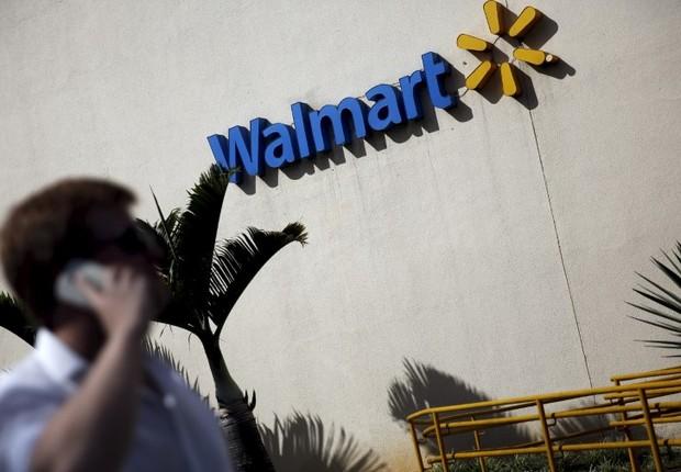 Homem fala ao celular em frente a loja do Walmart em São Paulo, no Brasil (Foto: Nacho Doce/Reuters)