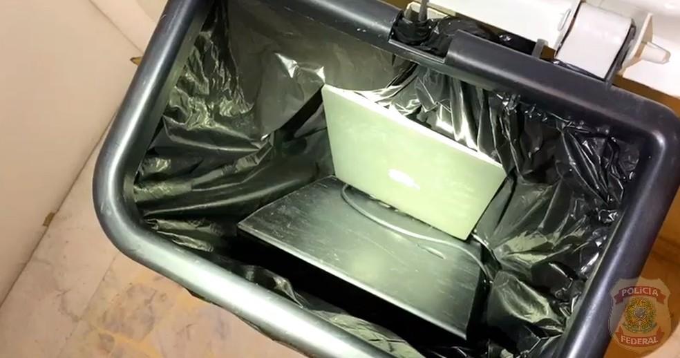 Computador encontrado no lixo na casa de um dos auditores da Receita alvo de operação da PF — Foto: Divulgação/PF e Receita Federal
