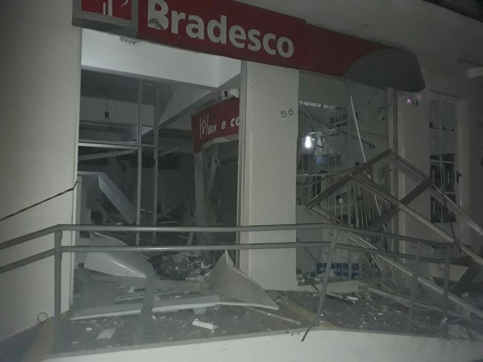 As duas agências explodidas estão localizadas na mesma rua em Monsenhor Paulo, MG (Foto: Corpo de Bombeiros)