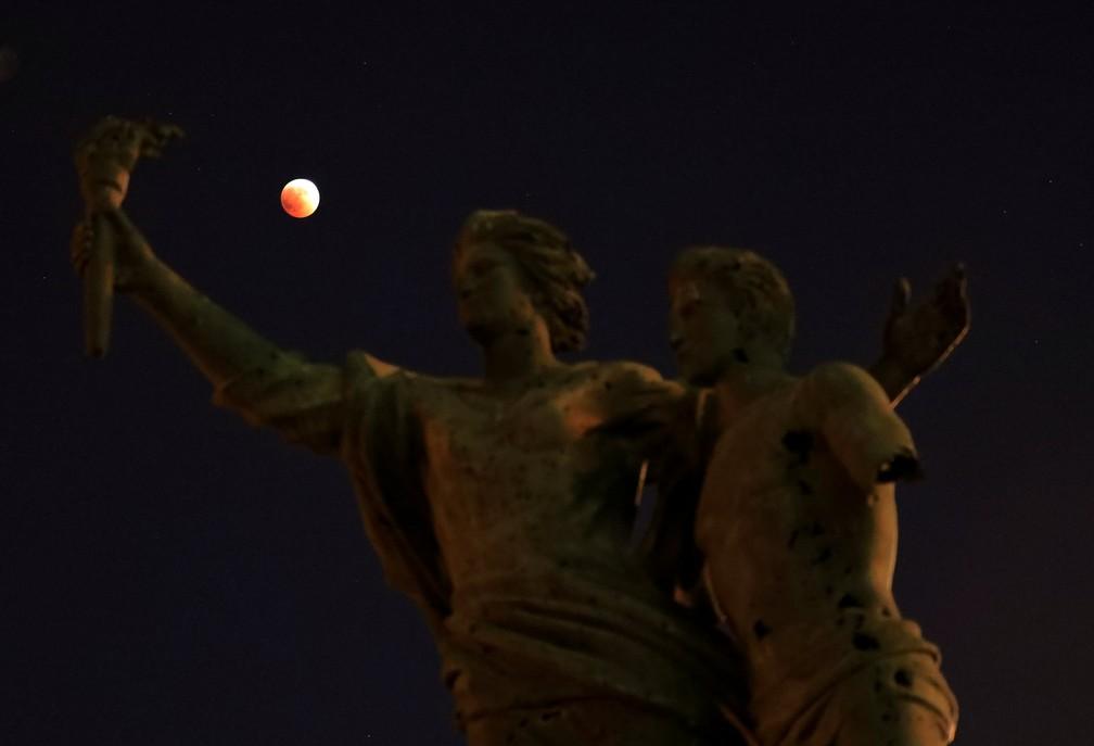 Eclipse visto sobre a estátua dos mártires em Beirute (Foto: Jamal Saidi/Reuters)