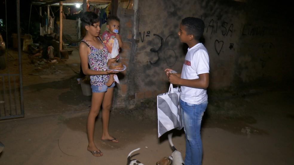 Flaira conheceu o trabalho do adolescente pela internet e se encantou com a história dele.  — Foto: Rede Amazônica/Reprodução