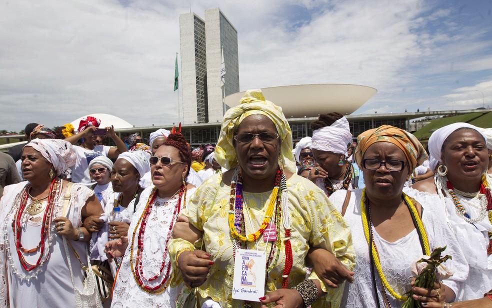 Mulheres participam de marcha nas vésperas do Dia Nacional da Consciência Negra em frente ao Congresso Nacional, em Brasília (Foto: Joedson Alves/Reuters)
