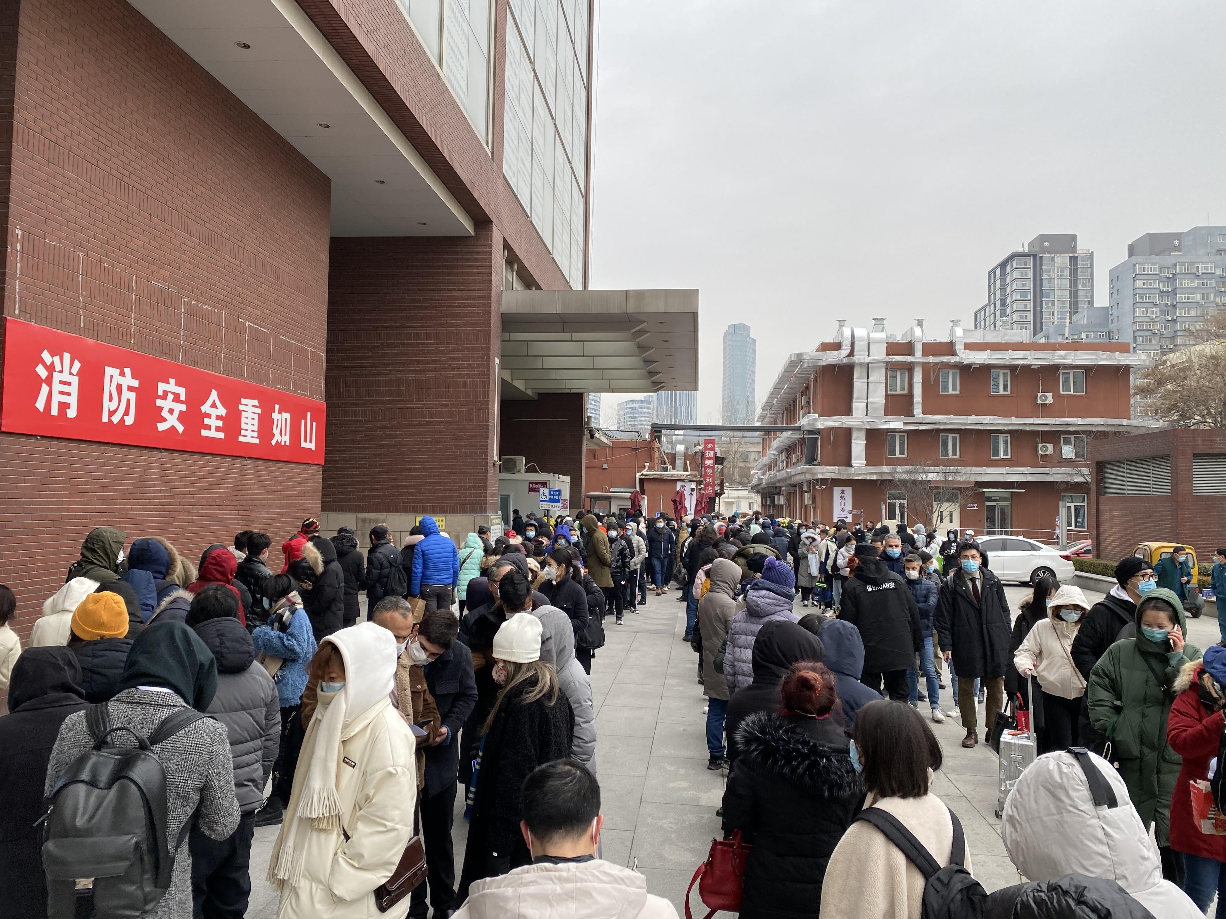 Fila para realizar teste de Covid no Hospital Chaoyang, região central de Pequim