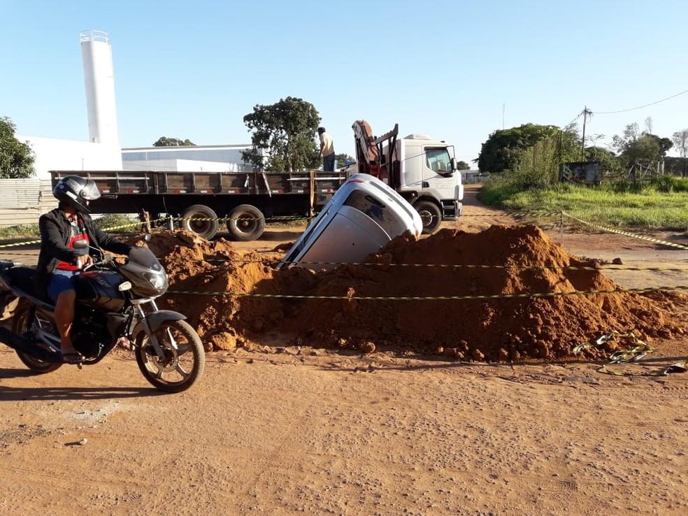 Carro ficou 'entalado' em buraco de obra e motorista fez BO contra prefeitura em Cáceres (Foto: Edilson Gomes de Souza/Arquivo pessoal)