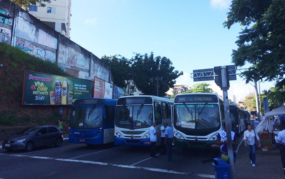 Com ônibus impedidos de passar, passageiros desceram para seguir trajeto a pé (Foto: Juliana Almirante/G1)