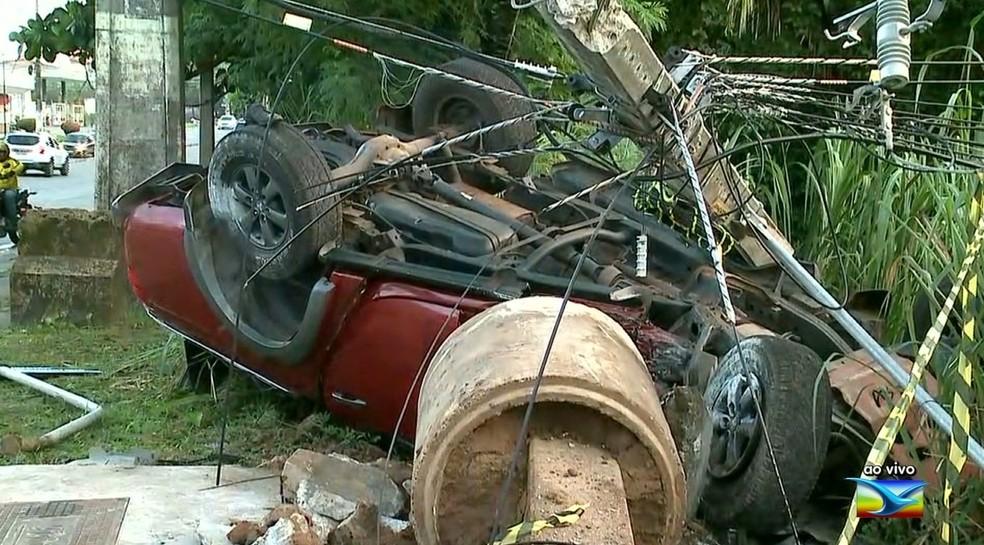 Motorista capota e destrói poste na Avenida Jerônimo de Albuquerque em São Luís — Foto: Reprodução/TV Mirante