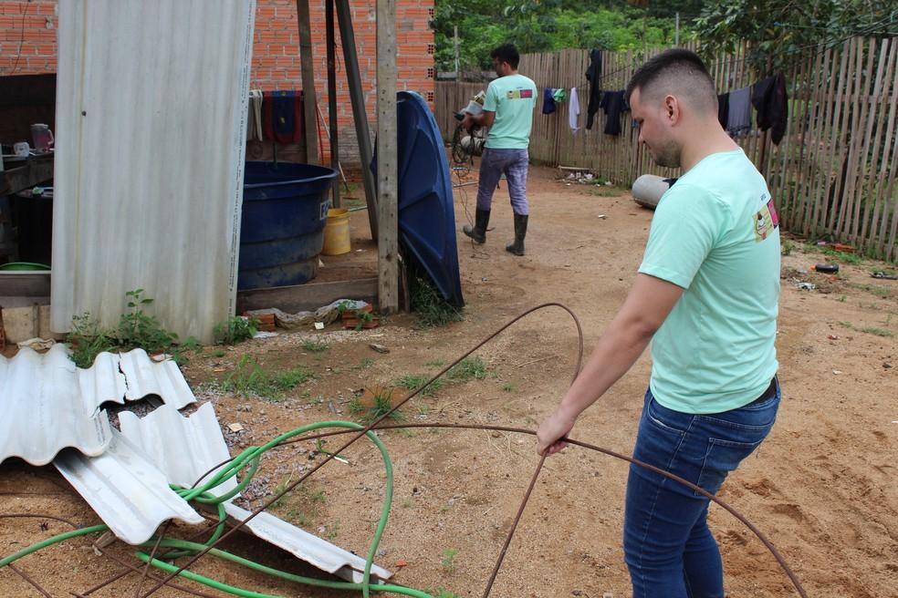 Acadêmicos trabalham na construção de casas com material ecológico — Foto: Diêgo Holanda/G1