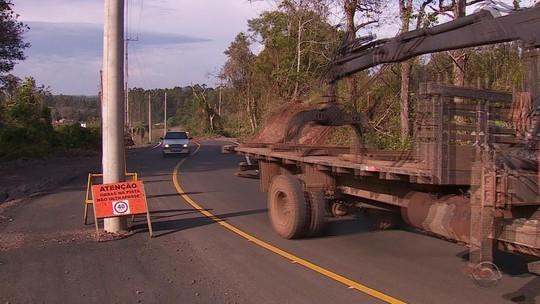 Trecho de rodovia é asfaltado com postes no meio da pista em Brochier, no Rio Grande do Sul