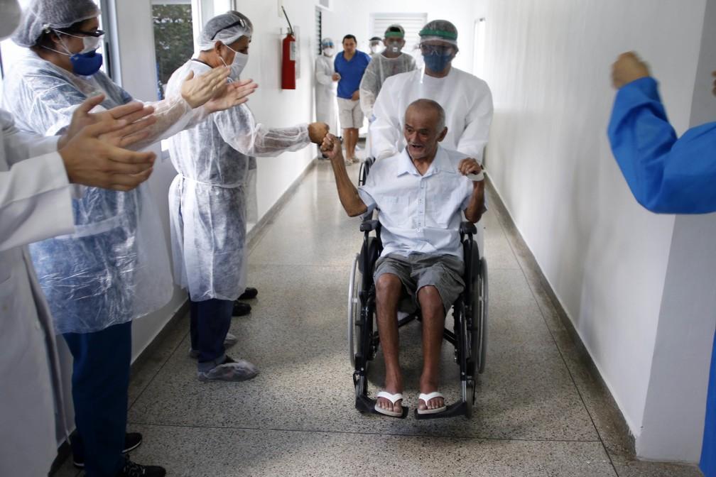 Médicos e enfermeiros se divertem com paciente após alta — Foto:  Ione Moreno/Semcom