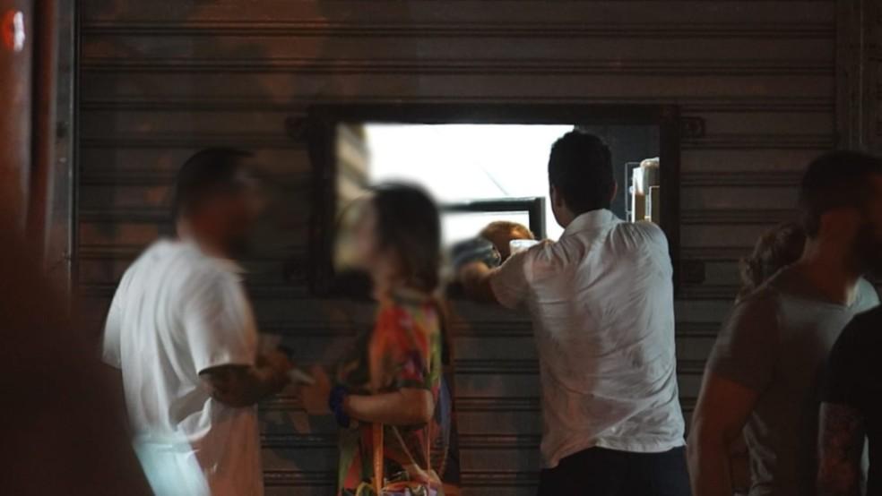 Janela indiscreta e desrespeitosa ao decreto da Prefeitura do Rio: a senha é Luisão — Foto: Marcos Serra Lim/G1