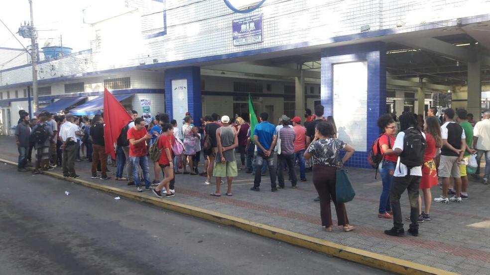 Concentração de manifestantes começou por volta de 15h em Alfenas (Foto: Marcelo de Castro/EPTV)