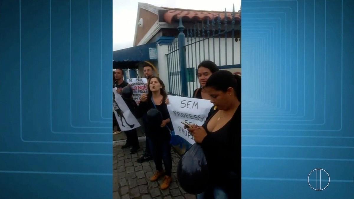 Estudantes protestam em Cabo Frio, RJ, contra demissões de professores pela Estácio
