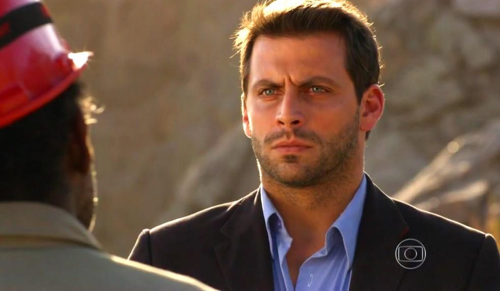 Cassiano (Henri Castelli) garante a Silvestre que não vai denunciá-lo para a polícia - 'Flor do Caribe' — Foto: Globo