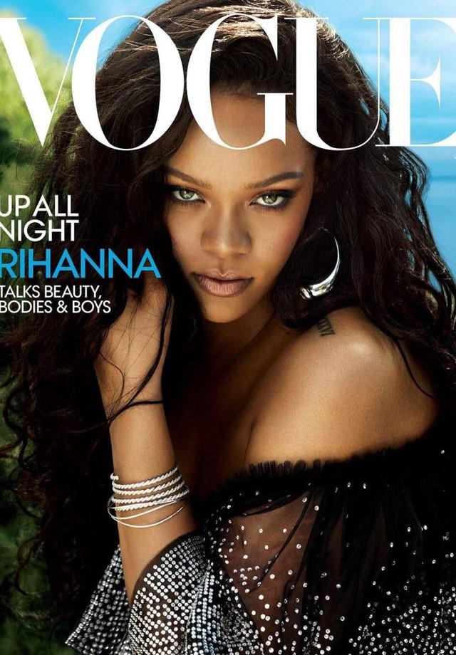 Rihanna na capa da Vogue de vestido Dolce & Gabbana (Foto: Vogue/ Reprodução)