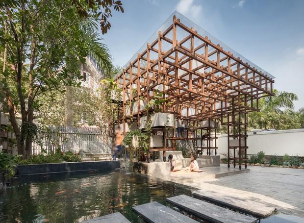 A estrutura lúdica tem cobertura feita com material que capta e aproveita a energia solar, abundante no local  (Foto: Farming Architects/Reprodução)