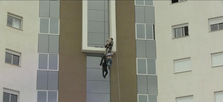 Trabalhador é resgatado de prédio após ficar pendurado no 8º andar em Cascavel, dizem bombeiros