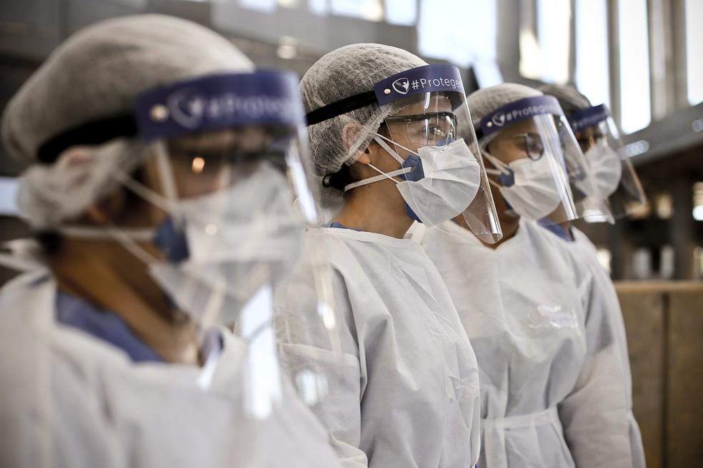 Profissionais de saúde no Distrito Federal no hospital de campanha instalado no Estádio Nacional Mané Garrincha — Foto: Breno Esaki/Agência Saúde