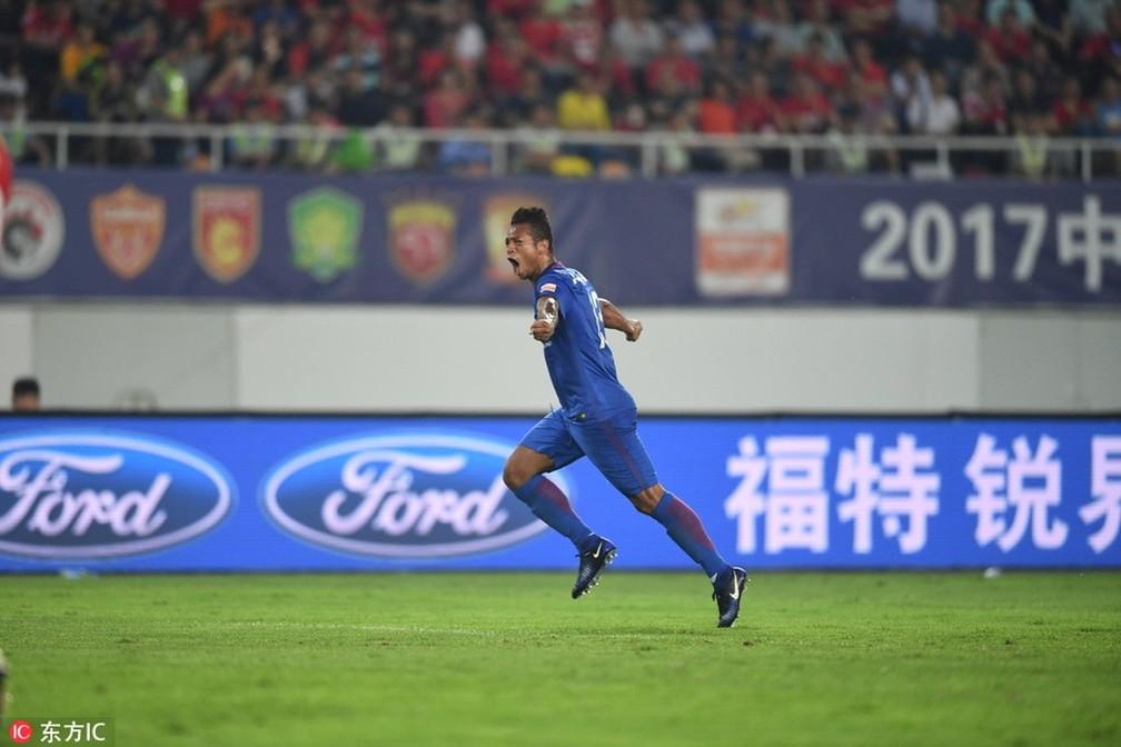 Freddy Guarin comemora gol pelo Shanghai Shenhua — Foto: Sina