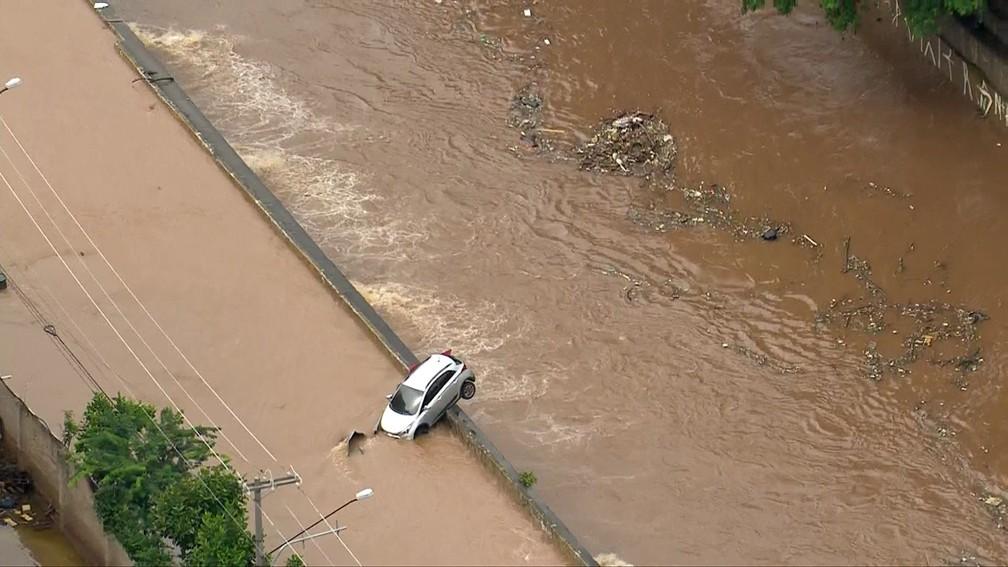 Temporal causa alagamento na região do Sacomã, em SP — Foto: Reprodução/TV Globo
