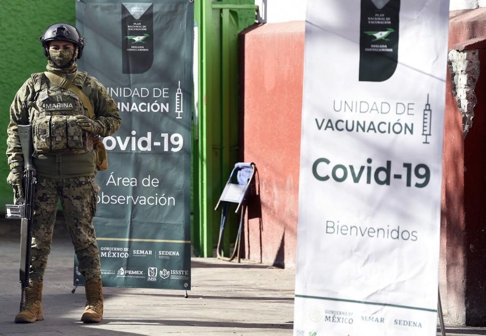 Soldado guarda posto de vacinação contra a Covid-19 na Cidade do México em 15 de fevereiro — Foto: Alfredo Estrella/AFP