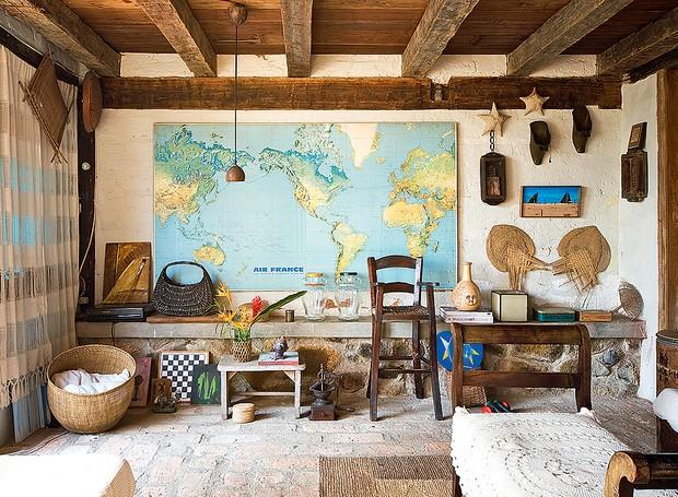 Totalmente rústica, a sala do arquiteto Ricardo Ferri tem janelas antigas. A cortina é artesanato de Minas Gerais (Foto: Maíra Acayaba/Casa e Jardim)