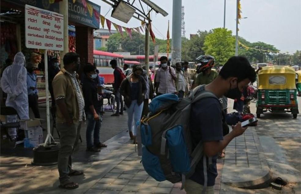 Muitos dos trabalhadores migrantes da Índia enfrentaram dificuldades consideráveis para voltar às suas aldeias natais — Foto: Reuters via BBC