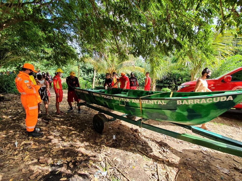 Bombeiros fizeram uso de barco de alumínio para adentrar mata no Rio Pium — Foto: Divulgação/Corpo de Bombeiros