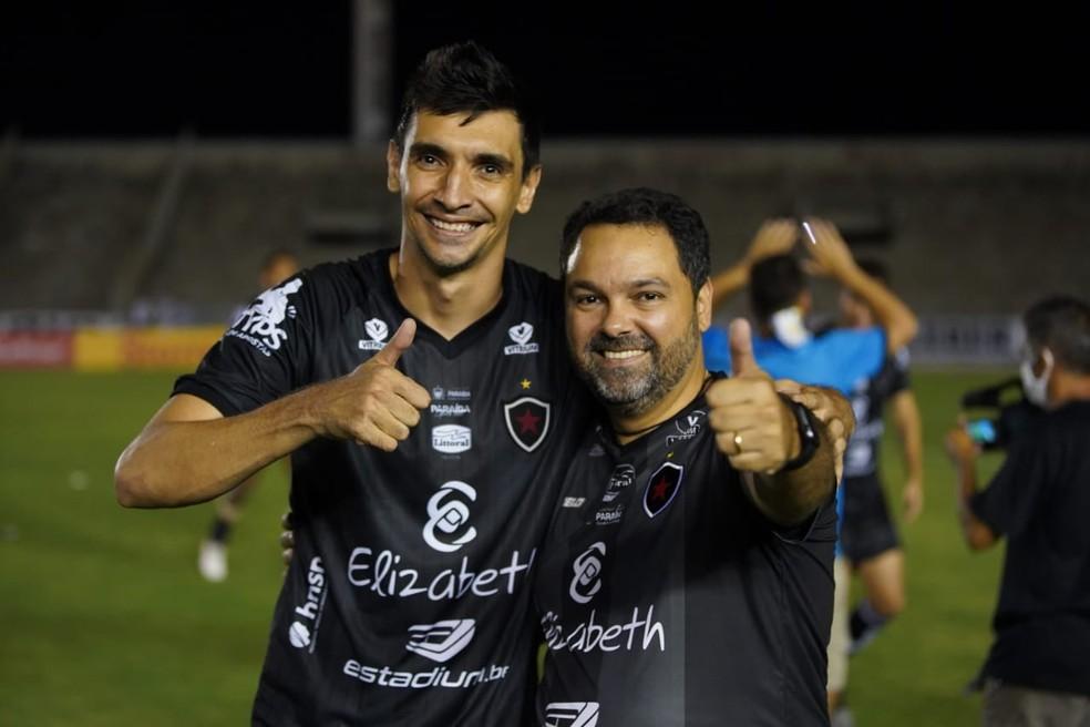 Ao lado do zagueiro Marcelo Xavier, o presidente Alexandre Cavalcanti comemora a permanência do Botafogo-PB na Série C — Foto: Paulo Cavalcanti / Botafogo-PB