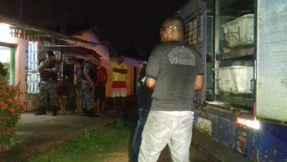 Corpo de Ronald William de Oliveira, de 21 anos, foi removido por volta das 21h30 pela Politec (Foto: Rita Torrinha/G1)